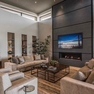 Réalisation d'une grande salle de séjour design ouverte avec un mur beige, un sol en carrelage de porcelaine, une cheminée ribbon, un manteau de cheminée en béton, un téléviseur fixé au mur et un sol beige.