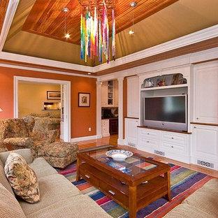 Idées déco pour une très grande salle de séjour classique ouverte avec un mur orange et un sol en bois clair.