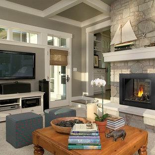 Foto di un soggiorno classico di medie dimensioni e chiuso con pareti grigie, moquette, camino classico, cornice del camino in pietra e pavimento grigio