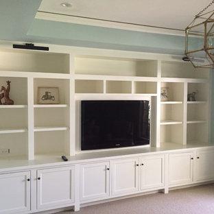 Ispirazione per un soggiorno contemporaneo di medie dimensioni e chiuso con pareti blu, moquette, TV a parete e nessun camino