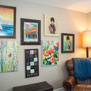 Imagen de sala de estar cerrada, romántica, de tamaño medio, sin chimenea y televisor, con paredes beige, moqueta y suelo beige
