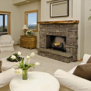 Immagine di un soggiorno shabby-chic style di medie dimensioni con pareti beige, moquette, camino classico, cornice del camino in pietra e pavimento beige