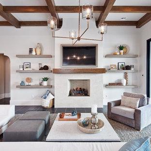 Cette image montre une salle de séjour marine avec un mur blanc, une cheminée standard, un téléviseur fixé au mur et un sol noir.