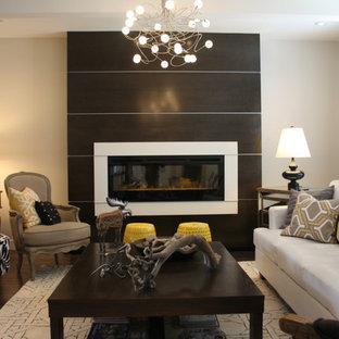 Idee per un soggiorno contemporaneo di medie dimensioni e chiuso con camino sospeso, cornice del camino in legno, pareti bianche, parquet scuro, nessuna TV e pavimento marrone