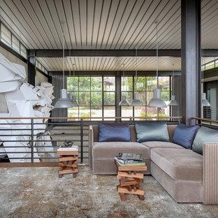 Imagen de sala de estar tipo loft, actual, con paredes grises, suelo de madera oscura y suelo marrón