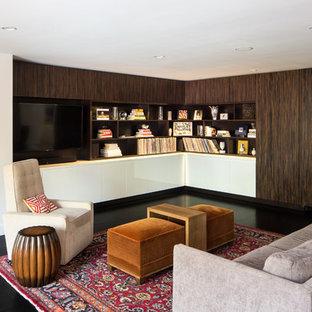 Modernes Wohnzimmer mit weißer Wandfarbe, dunklem Holzboden und Multimediawand in Denver