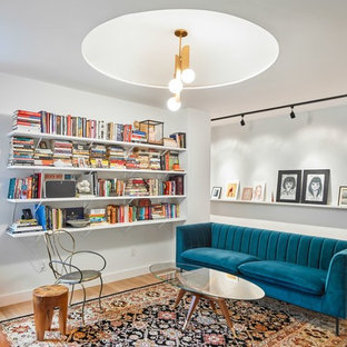 Diseño de sala de estar con biblioteca cerrada, nórdica, de tamaño medio, sin chimenea y televisor, con paredes blancas, suelo de madera clara y suelo marrón