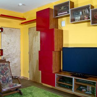 Ispirazione per un piccolo soggiorno eclettico chiuso con pareti gialle, parquet chiaro e TV autoportante