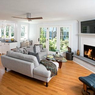 Foto de sala de estar con barra de bar abierta, clásica, pequeña, con paredes azules y suelo de madera en tonos medios