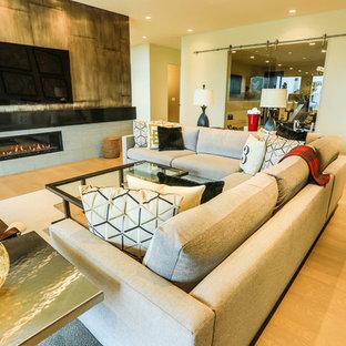 Ispirazione per un grande soggiorno design aperto con pareti beige, parquet chiaro, camino lineare Ribbon, cornice del camino piastrellata e TV a parete