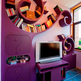 Exemple d'une grande salle de séjour avec une bibliothèque ou un coin lecture éclectique avec un mur rose et un téléviseur indépendant.
