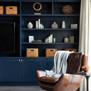Idee per un soggiorno classico di medie dimensioni e stile loft con pareti multicolore, parquet scuro, nessun camino, TV autoportante e pavimento grigio