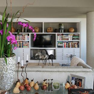 Diseño de sala de estar tipo loft, actual, pequeña, con paredes grises, suelo de madera oscura, chimenea lineal, marco de chimenea de metal, pared multimedia y suelo marrón