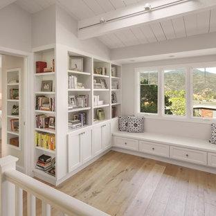 Mittelgroße, Fernseherlose Klassische Bibliothek im Loft-Stil mit hellem Holzboden in Los Angeles