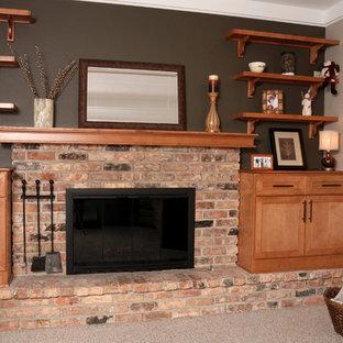 На фото: маленькая двухуровневая гостиная комната в классическом стиле с бежевыми стенами, ковровым покрытием, фасадом камина из кирпича и угловым ТВ с