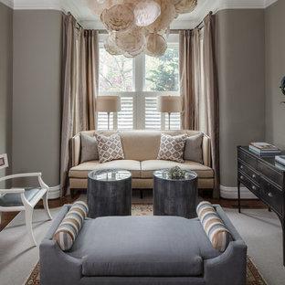 Imagen de sala de estar cerrada, clásica renovada, de tamaño medio, sin chimenea y televisor, con paredes grises, suelo de madera en tonos medios y suelo marrón