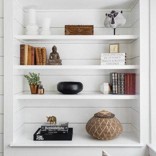 Foto de sala de estar abierta, tradicional, pequeña, con paredes blancas, suelo de madera en tonos medios, chimenea tradicional, marco de chimenea de madera y televisor colgado en la pared