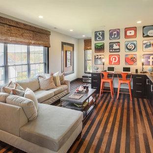 Esempio di un soggiorno chic con pareti beige, TV a parete, pavimento multicolore e pavimento in legno verniciato