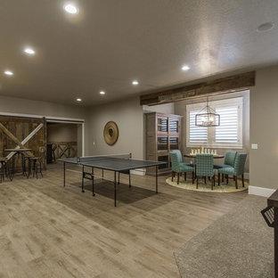 Foto di un grande soggiorno country aperto con sala giochi, pareti grigie e pavimento in vinile