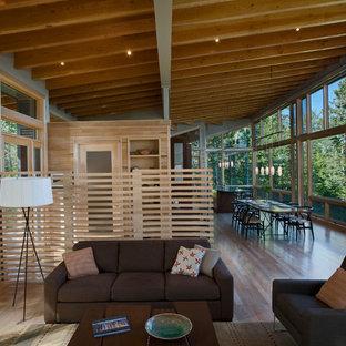Foto de sala de estar abierta, rústica, pequeña, con paredes grises y suelo de madera clara