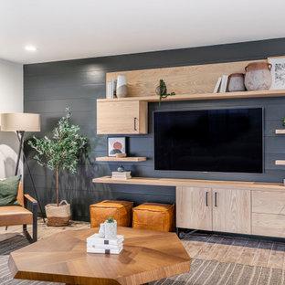 Esempio di un soggiorno design di medie dimensioni e chiuso con TV a parete, pareti grigie, pavimento marrone e pareti in perlinato