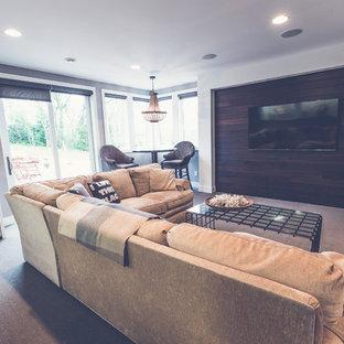 Diseño de sala de estar cerrada, campestre, pequeña, con paredes negras, moqueta y televisor colgado en la pared