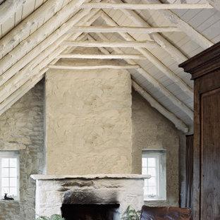 Idee per un soggiorno country di medie dimensioni e chiuso con pareti bianche, pavimento in ardesia, camino classico e cornice del camino in pietra