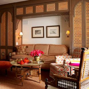 ニューヨークの大きいトラディショナルスタイルのおしゃれな独立型ファミリールーム (ベージュの壁、カーペット敷き、オレンジの床) の写真