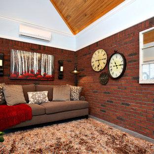 Ejemplo de sala de estar cerrada, tradicional, de tamaño medio, sin chimenea y televisor, con paredes rojas, suelo de pizarra y suelo gris