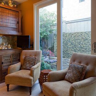 Foto di un soggiorno etnico di medie dimensioni e chiuso con pareti arancioni, pavimento in gres porcellanato, nessun camino e nessuna TV