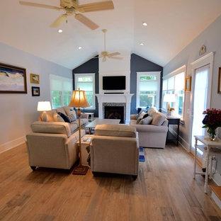 Cette photo montre une grande salle de séjour fermée avec un mur gris, un sol en carrelage de porcelaine, une cheminée standard, un manteau de cheminée en bois, un téléviseur fixé au mur et un sol multicolore.