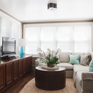 Modelo de sala de estar cerrada, pequeña, sin chimenea, con paredes beige, suelo de madera oscura y televisor independiente