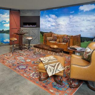 ダラスの中サイズのサンタフェスタイルのおしゃれな独立型ファミリールーム (ゲームルーム、青い壁、コンクリートの床、横長型暖炉、金属の暖炉まわり、壁掛け型テレビ、グレーの床) の写真