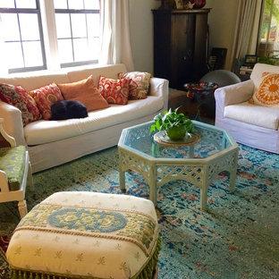 Immagine di un soggiorno boho chic di medie dimensioni e aperto con pareti bianche, TV a parete e pavimento turchese