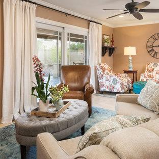 Kleines, Offenes Landhaus Wohnzimmer mit brauner Wandfarbe, Travertin und Eck-TV in Phoenix