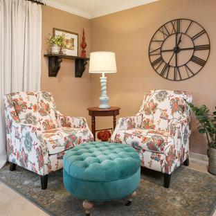 Immagine di un piccolo soggiorno country aperto con pareti marroni, pavimento in travertino e porta TV ad angolo