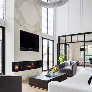 Foto på ett funkis allrum, med vita väggar, ljust trägolv, en spiselkrans i sten och beiget golv