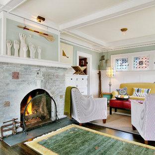 シアトルのエクレクティックスタイルのおしゃれなファミリールーム (青い壁、濃色無垢フローリング、標準型暖炉、レンガの暖炉まわり、テレビなし) の写真