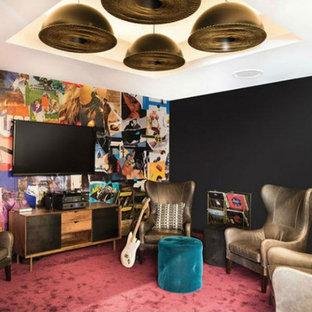 Ispirazione per un soggiorno eclettico di medie dimensioni e chiuso con sala della musica, pareti multicolore, moquette, TV a parete e pavimento rosa
