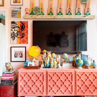 Idee per un soggiorno eclettico di medie dimensioni e aperto con pareti rosa e TV a parete