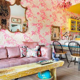 ニューヨークの中くらいのエクレクティックスタイルのおしゃれなオープンリビング (ピンクの壁、壁掛け型テレビ) の写真