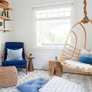 Diseño de sala de estar con biblioteca cerrada, escandinava, de tamaño medio, con paredes blancas, suelo de madera oscura y suelo marrón
