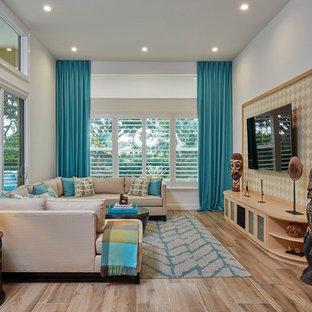 Foto di un soggiorno bohémian aperto con pareti bianche, nessun camino, TV a parete e pavimento beige