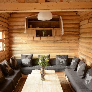 Идея дизайна: маленькая изолированная гостиная комната в стиле рустика с светлым паркетным полом, коричневыми стенами и коричневым полом без камина, ТВ
