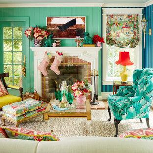 Mittelgroßes, Abgetrenntes Klassisches Wohnzimmer mit blauer Wandfarbe, dunklem Holzboden, Kamin, Kaminumrandung aus Backstein, braunem Boden, Holzdielenwänden und Tapetenwänden in Philadelphia