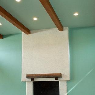 Aménagement d'une grande salle de séjour contemporaine ouverte avec un mur vert, un sol en carrelage de porcelaine, une cheminée standard, un manteau de cheminée en bois et un sol orange.