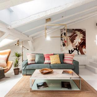 Diseño de sala de estar tipo loft, nórdica, de tamaño medio, sin chimenea y televisor, con paredes blancas, suelo de madera pintada y suelo blanco