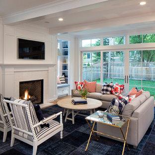 Idée de décoration pour une salle de séjour tradition de taille moyenne et ouverte avec un mur blanc, un sol en bois clair, une cheminée standard, un manteau de cheminée en carrelage et un téléviseur fixé au mur.