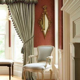 ボストンの大きいヴィクトリアン調のおしゃれな独立型ファミリールーム (ベージュの壁、無垢フローリング、標準型暖炉、石材の暖炉まわり、茶色い床) の写真