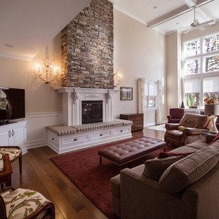 Esempio di un grande soggiorno aperto con pareti beige, pavimento in legno massello medio, camino classico, cornice del camino in legno e porta TV ad angolo